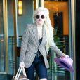 Lady Gaga de sortie à New York, porte un blazer, un jean et des bottines Saint Laurent, et un débardeur Spiritual Gangster. Des lunettes de soleil Saint Laurent, une ceinture The Kooples, un sac chien Louis Vuitton et un chapeau Gladys Stamez Millinery accessorisent sa tenue. Le 23 novembre 2016.