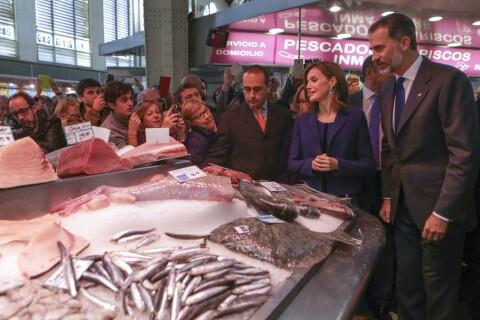 Letizia et Felipe VI d'Espagne : Joyeuse cohue au marché central de Valence