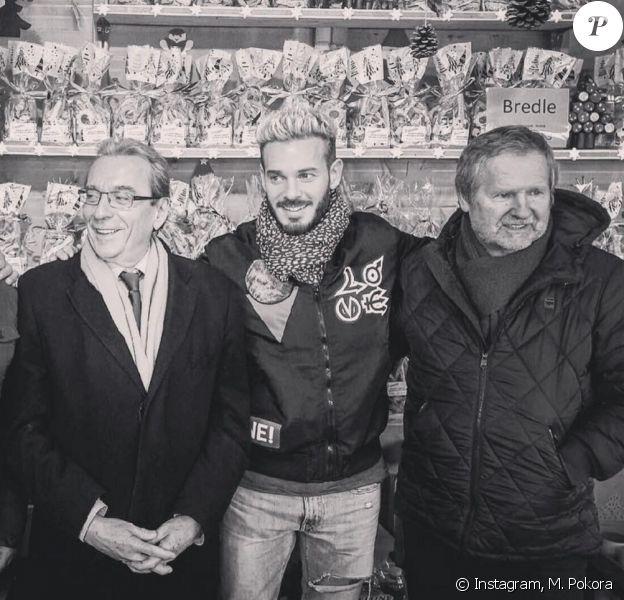 M. Pokora pose avec son père André Tota (à droite) et le maire de Strasbourg, Roland Ries, au marché de Noël de la ville, novembre 2016.