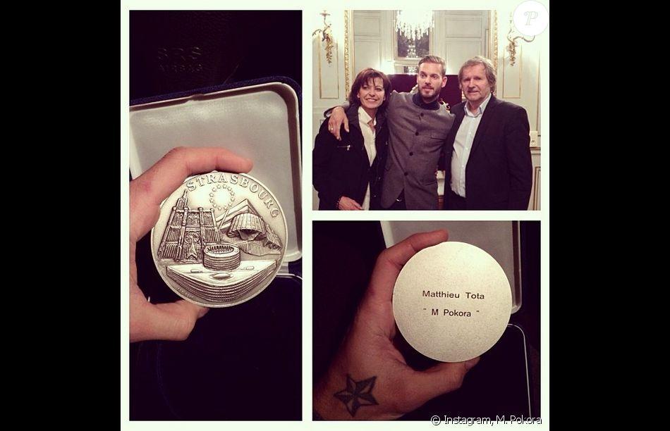 le chanteur m pokora pose avec ses parents apr s avoir re u des mains du maire de strasbourg. Black Bedroom Furniture Sets. Home Design Ideas