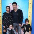 """Mario Lopez avec sa femme Courtney Laine Mazza et leurs enfants Gia Francesca Lopez et Dominic Lopez- Avant-première du film """"Sing"""" à Los Angeles le 3 décembre 2016"""