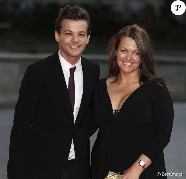"""Louis Tomlinson et sa mère Johannah Deakin - Arrivée des people à la soirée """"Believe In Magic Cinderella Ball"""" à Londres, le 10 août 2015."""