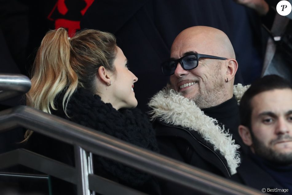 Pascal Obispo et sa femme Julie Hantson lors du match Paris Saint-Germain contre OGC Nice au Parc des Princes à Paris, France, le 11 décembre 2016.