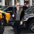 Gigi Hadid à New York, porte une veste en cuir, un polo Versus Versace, un jean noir et des chaussures Stuart Weitzman. Des lunettes de soleil Quay et un sac Mansur Gavriel accessoirisent sa tenue. Le 12 décembre 2016.