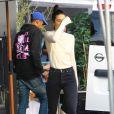 Kendall Jenner à Los Angeles, porte un top beige, un jean RE/DONE, un sac Hermès et des bottines Gucci. Le 9 décembre 2016.