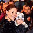 La princesse Victoria, le prince Daniel et leur fils le prince Oscar de Suède descendent d'un train à leur arrivée à la gare de Milan, le 16 décembre 2016, lors d leur déplacement en Italie.16/12/2016 - Milan