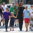 Exclusif - Victoria Beckham est allée déjeuner avec ses enfants Harper, Romeo, Cruz et un ami au restaurant The Golden State à Los Angeles, le 21 août 2016