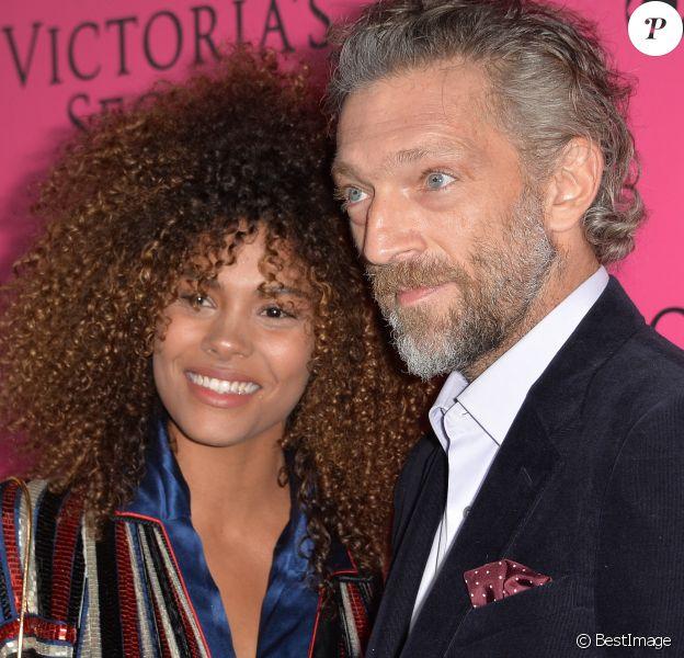 Vincent Cassel et Tina Kunakey lors du photocall du défilé Victoria's Secret au Grand Palais à Paris, le 30 novembre 2016.