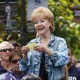 Debbie Reynolds présente son livre  Unsinkable  dans l'émission Extra de Mario Lopez à Los Angeles, le 8 avril 2013