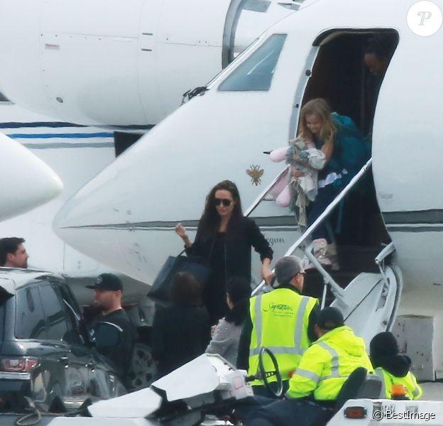 Angelina Jolie et ses 6 enfants arrivant dans un jet privé à Denver après des vacances aux sports d'hiver le 3 janvier 2017.