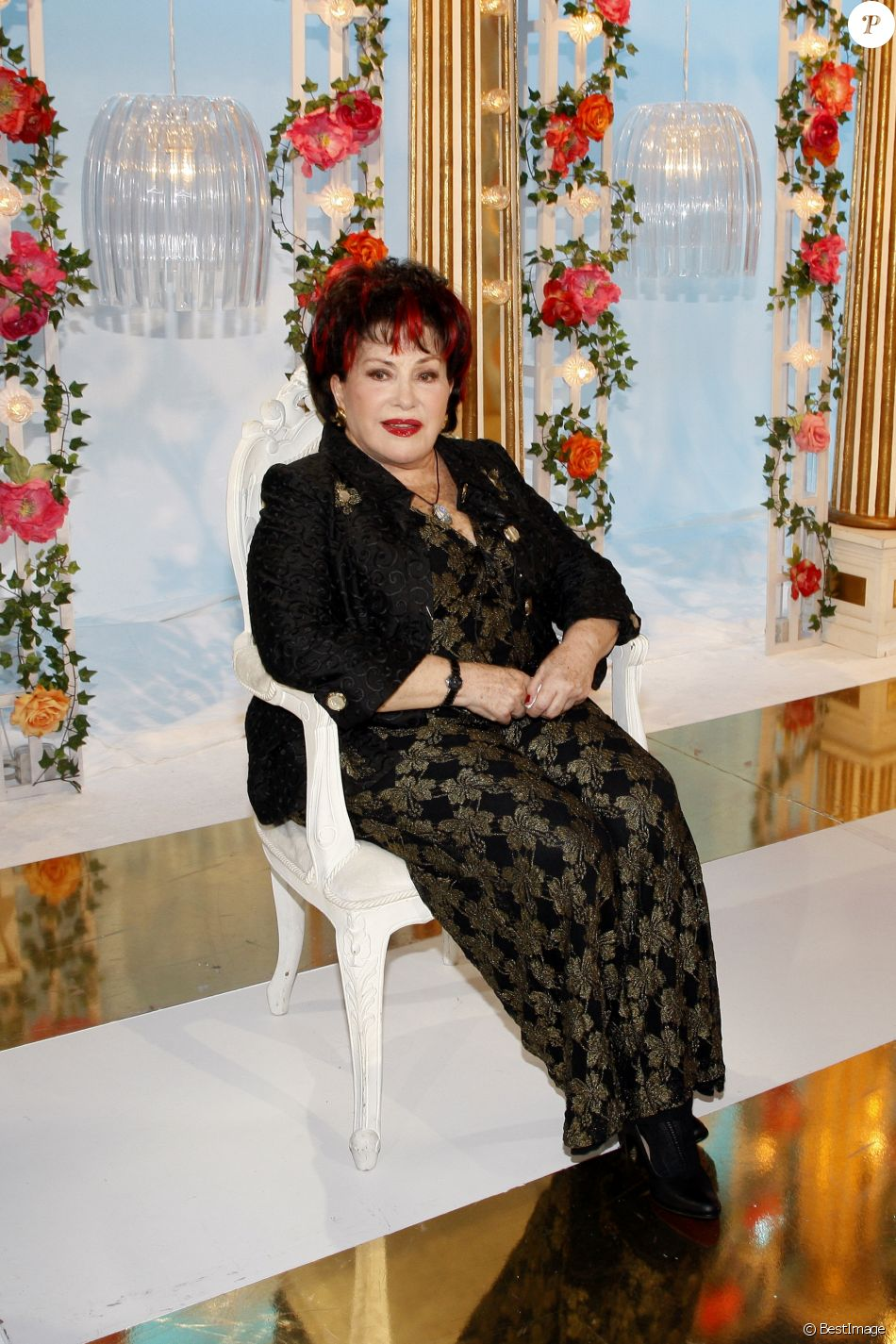 """Rika Zarai sur le plateau de l'émission """"Les grands du rire"""". Le 10 octobre 2013"""