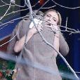 Billie Lourd réconfortée par une proche - Cérémonie en hommage à Carrie Fisher dans sa propriété à Beverly Hills le 5 janvier 2017 - Los Angeles