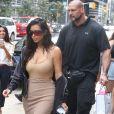 Pascal Duvier (garde du corps) escorte Kim Kardashian fait du shopping chez Holt Renfrew à Toronto, Canada, le 31 août 2016.
