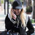 Hilary Duff téléphone dans la rue en se rendant à son cours de gym le 17 janvier 2017
