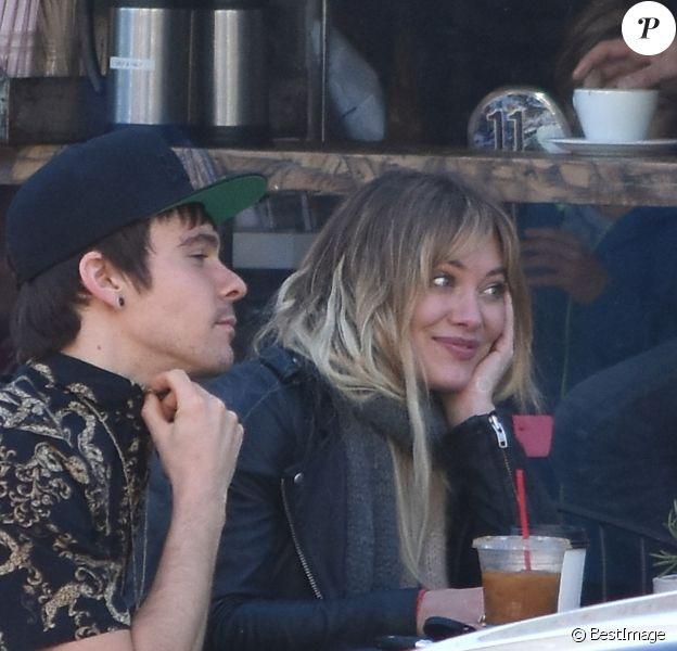 Exclusif - Hilary Duff déjeune en terrasse à Los Angeles avec son nouveau compagnon le 15 janvier 2017.