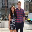 """Camilla Luddington et Nico Evers font la promotion du dvd """"Kate & William : le film"""", devant l'abbaye de Westminster de Londres le 25 avril 2011."""