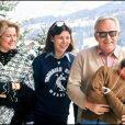 La princesse Grace et le prince Rainier III avec leurs filles Caroline et Stéphanie en vacances à Gstaad en 1977.