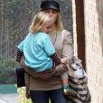 Kristen Bell et sa fille Lincoln en balade à Los Feliz le 12 décembre 2016.