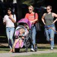 Exclusif - Kristen Bell se promène avec ses enfants Lincoln et Delta à Los Feliz le 11 novembre 2016