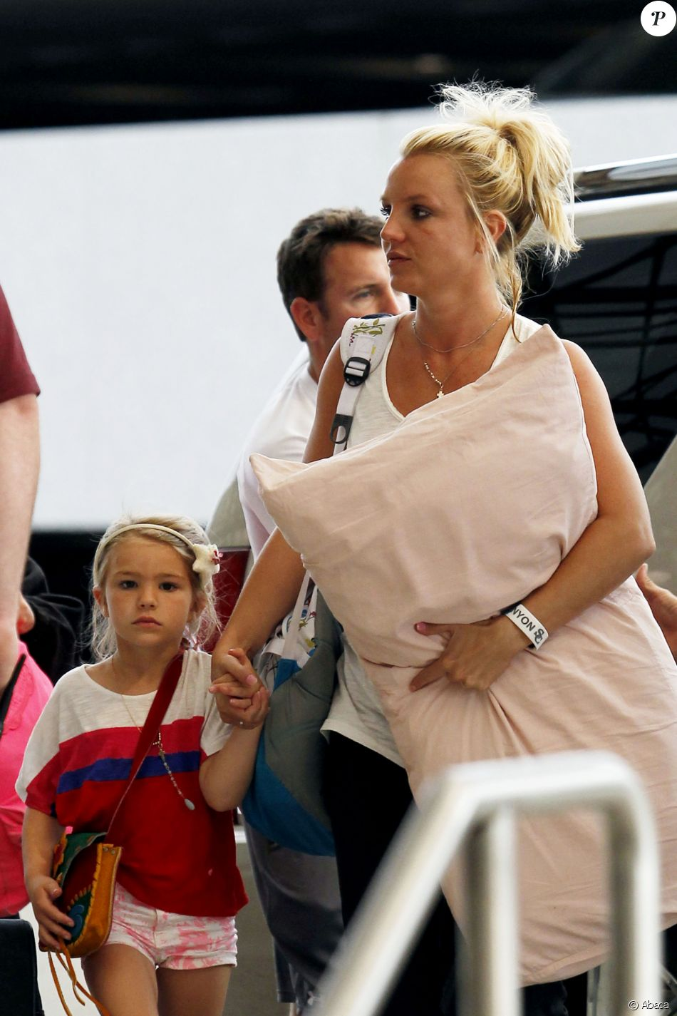 Britney Spears et sa nièce Maddie Aldridge à l'aéroport de la Nouvelle-Orléans le 2 juin 2013.
