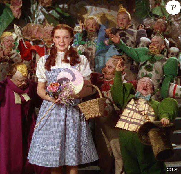 Judy Garland et les nains dans Le Magicien d'Oz.