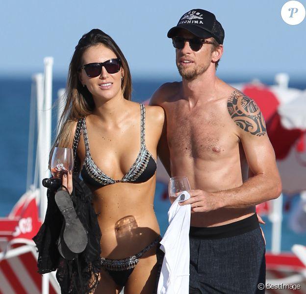 Exclusif - Jenson Button se détend sur une plage de Miami avec sa compagne Brittny Ward, le jour de son 37ème anniversaire le 19 janvier 2017. © CPA/Bestimage