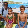 Scottie Pippen, ici avec deux de ses enfants, et sa femme Larsa sont partis en vacances dans les Iles Vierges avec leurs quatre enfants à partir du 14 février 2017. La procédure de divorce entamée fin 2016 par la légende des Chicago Bulls serait en suspens. Photo Twitter 14 février 2017.