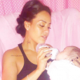 Amle Bent donne le biberon à sa fille, Sofia.