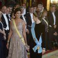 Letizia d'Espagne, portant pour la première fois le diadème Fleur de Lys, et Juliana Awada, épouse du président argentin Mauricio Macri, lors du dîner officiel organisé en l'honneur de la visite d'Etat du couple présidentiel argentin, le 22 février 2017 au palais royal à Madrid.
