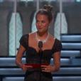 Alicia Vikander remet le premier Oscar pendant la cérémonie des Oscars 2017.