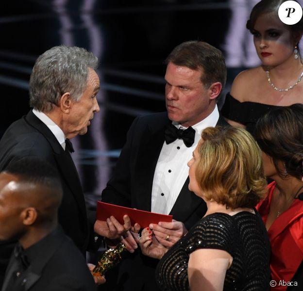 Warren Beatty parle à Brian Cullinan, le responsable du tollé et qui travaille à Price Waterhouse Cooper, pendant les Oscars 2017.