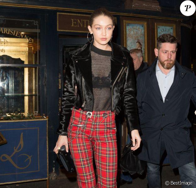 """Gigi Hadid quitte le dîner du """"V Magazine"""" au restaurant Lapérouse à Paris, le 7 mars 2017."""