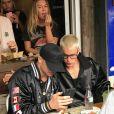 Justin Bieber déjeune en terrasse avec des amis devant une foule de fans à Mosman près de Sydney en Australie le 16 mars 2017.