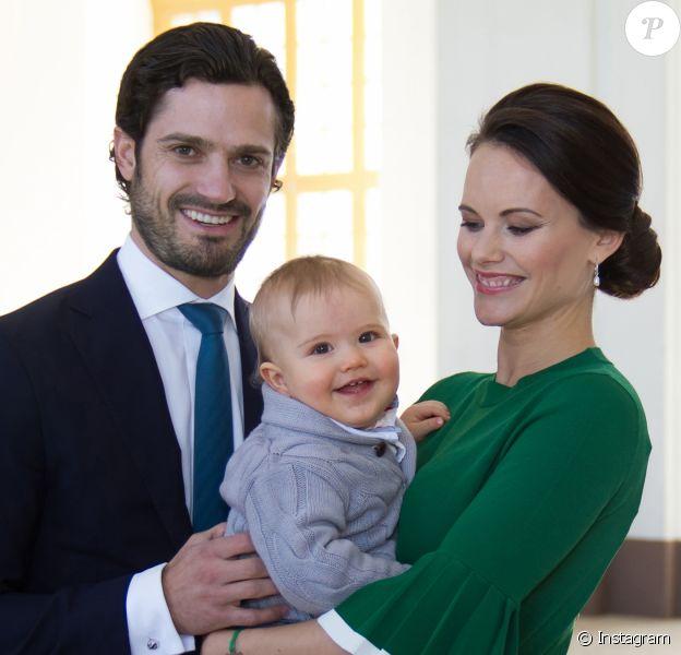 Le prince Carl Philip et la princesse Sofia de Suède ont annoncé le 23 mars 2017 par le biais de cette photo avec leur fils le prince Alexander, qui aura 1 an le 19 avril 2017, qu'ils attendent leur second enfant. La naissance est prévue pour le mois de septembre.