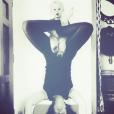 Natasha St-Pier fait du yoga avec son fils Bixente, le temps d'une photo délirante