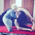 Natasha St-Pier fait du yoga avec son fils Bixente, qui l'embrasse sur la bouche.