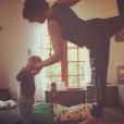 Natasha St-Pier fait du yoga avec son fils Bixente