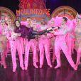 Exclusif - Teri Hatcher pose avec les danseuses du Moulin Rouge à Paris le 24 mars 2017