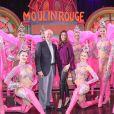 Exclusif - Teri Hatcher et son père Owen Hatcher posent avec les danseuses du Moulin Rouge à Paris le 24 mars 2017