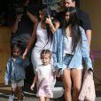 Kim et Kourtney Kardashian avec leurs filles Penelope Disick et North West à Los Angeles le 10 mars 2017.