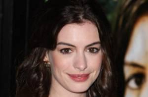Quand Anne Hathaway se jette sur son amoureux... et l'embrasse à pleine bouche !