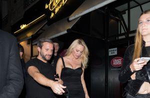 Pamela Anderson fait la tournée des clubs parisiens avec son ami Tony Gomez