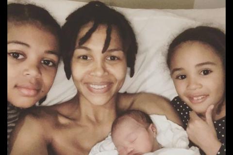 Ayo maman pour la 3e fois : La chanteuse poste une adorable photo avec son bébé