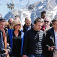 """Emmanuel Macron, candidat à l'élection présidentielle pour son mouvement """"En Marche!"""" et sa femme Brigitte Macron (Trogneux) dans la station de ski Grand Tourmalet (La Mongie / Barèges), France, le 12 avril 2017. Ils empruntent un télésiège pour se rendre dans le restauant d'altitude pour le déjeuner. © Thibaud Moritz/ Bestimage"""