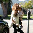 """""""Isla Fisher sort de chez le médecin avec sa petite Olive"""""""