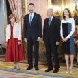 Letizia d'Espagne présidait avec son mari le roi Felipe VI au déjeuner offert au palais royal à Madrid le 19 avril 2017 en l'honneur du prix de littérature Miguel de Cervantes 2016, attribué à Eduardo Mendoza.