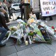 Hommage au policier tué lors de l'attentat terroriste sur l'avenue des Champs-Elysées à Paris, le 21 avril 2017 au lendemain. Lors de la fusillade 2 policiers et une passante ont été blessés. L'Etat Islamique a revendiqué l'attentat. © Lionel Urman/Bestimage