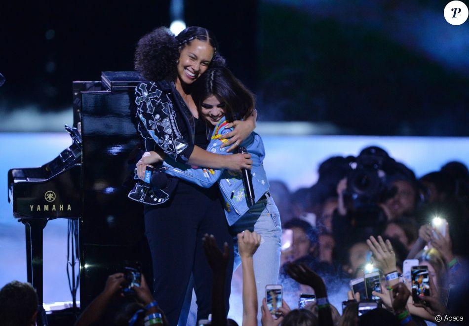 La chanteuse Alicia Keys rejointe sur scène par Selena Gomez lors du We Day California au Forum à Inglewood, Los Angeles, CA, USA, le 27 avril 2017.
