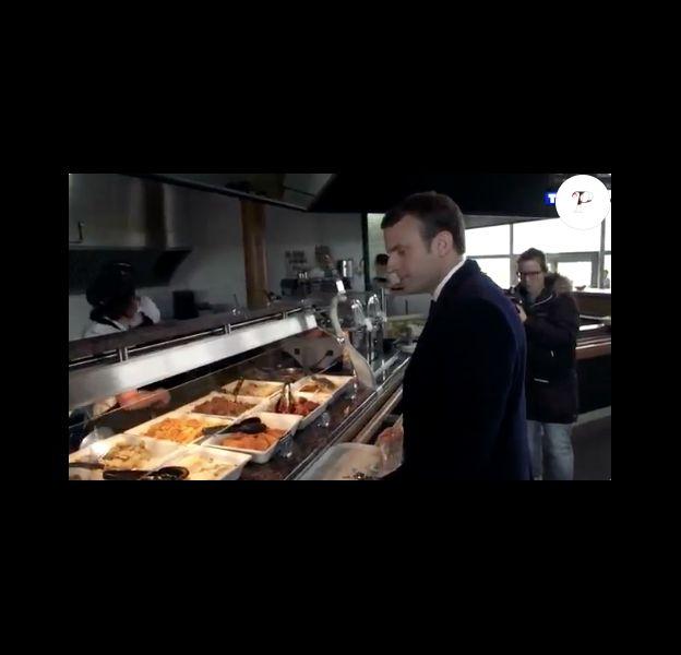 Emmanuel Macron dans un restaurant d'autoroute, le 23 avril 2017 avant les résultats du premier tour de la présidentielle.