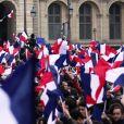 Ambiance sur l'esplanade du musée du Louvre lors du deuxième tour de l'élection présidentielle à Paris le 7 mai 2017. © Stéphane Lemouton / Bestimage